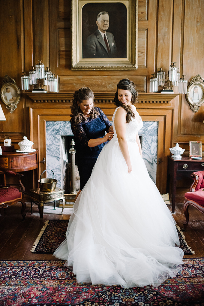 The bride was wearing a beautiful A-line gown with a cutout back, aV-neckline and a layered tulle skirt