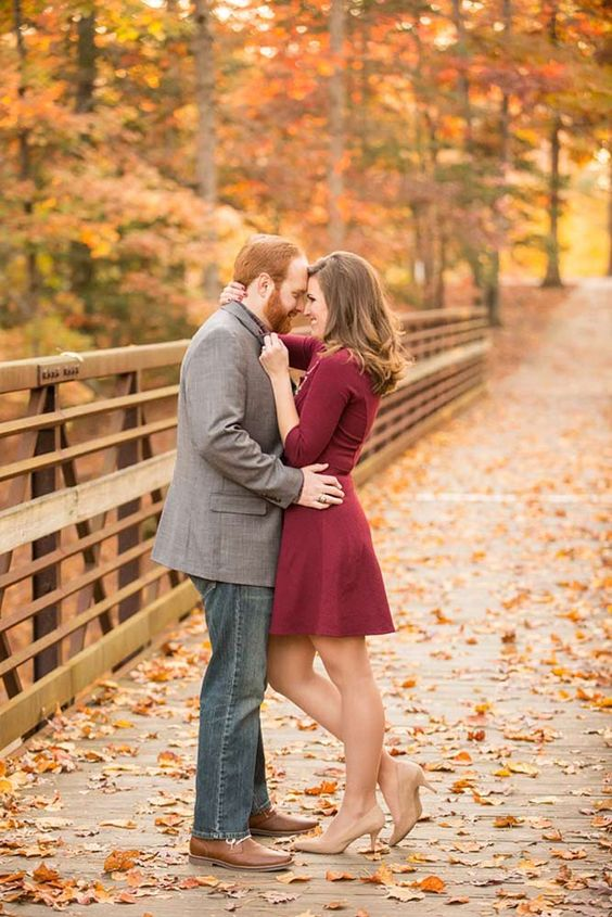 ein bunrgundy Knie Kleid und nude-pumps und eine graue Jacke und braune Schuhe sind perfekt für den Herbst