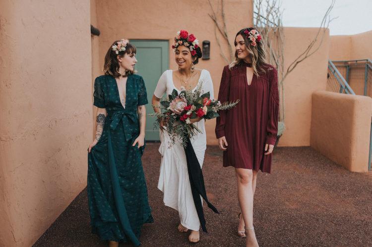 Die Brautjungfern trugen eine teal polka dot tiefem Ausschnitt-Kleid und einer kurzen Burgund mit langen ärmeln