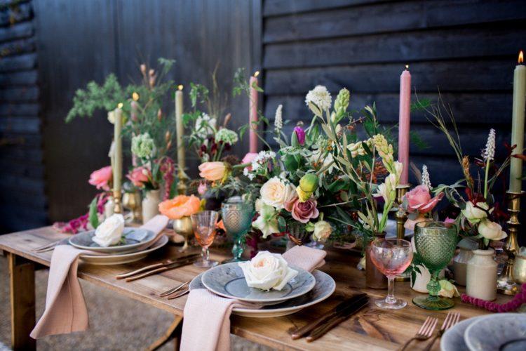 Krieg Der Tisch gedeckt mit pops in rosa, wunderschöne Blüten und Texturen, und es begeistert, dass warme, Rustikale Atmosphäre