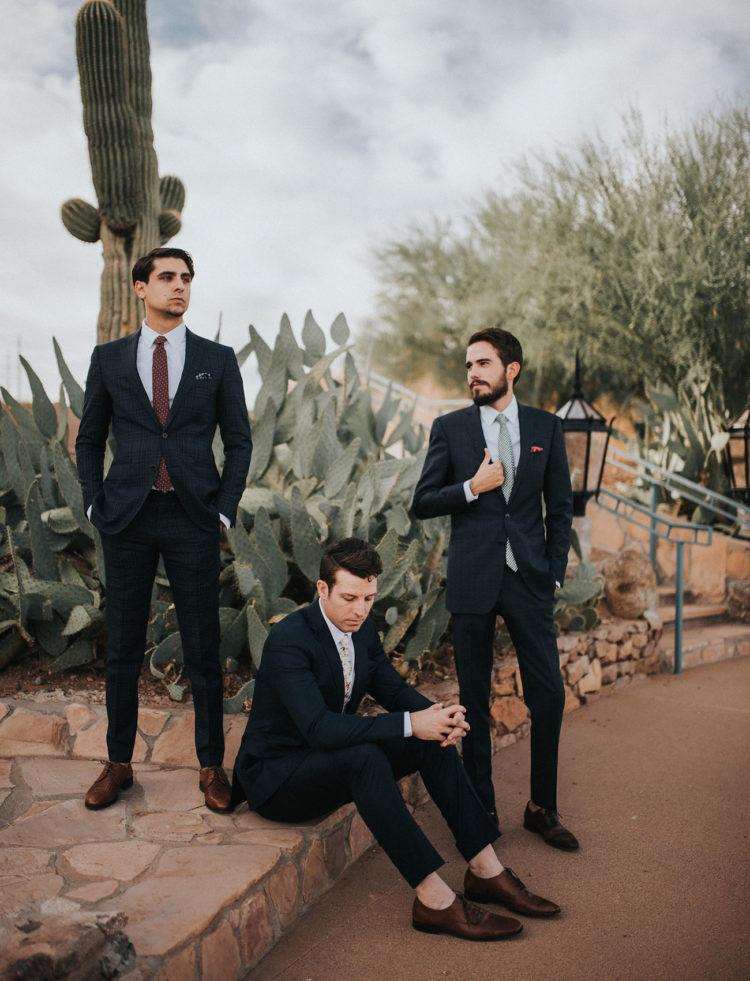 Die Herren waren Schaukeln stilvolle Anzüge, unpassende Krawatten und braune Schuhe mit keine Socken