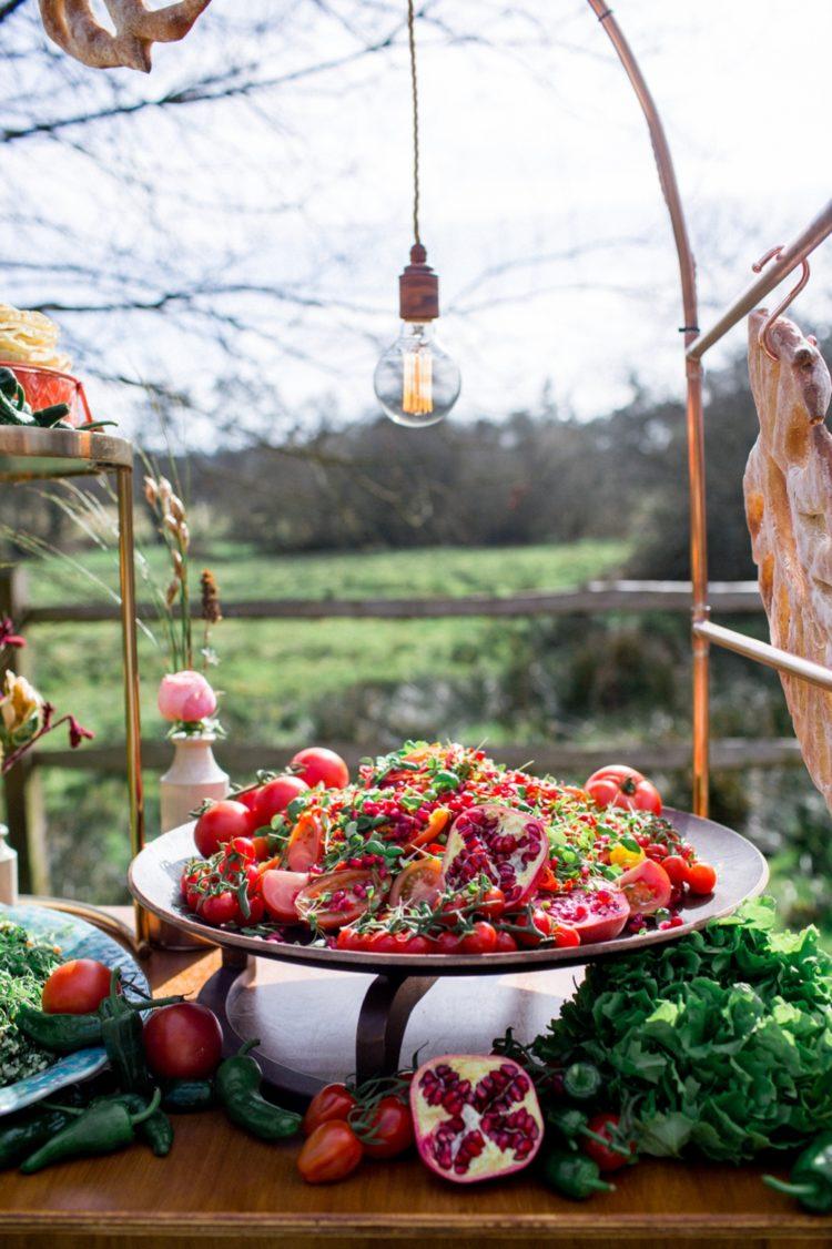 Üppigen Herbst-Ernte auf einem Teller ist schön für ein Herbst Hochzeit, es ist eine gute Möglichkeit, genießen Sie die saisonalen Aromen