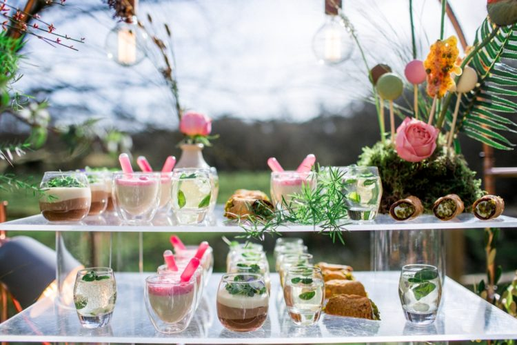 Getränke und desserts serviert auf einem Glas stehen und das Moos stand mit macaron-pops werden Sie ein Teil des Dekor