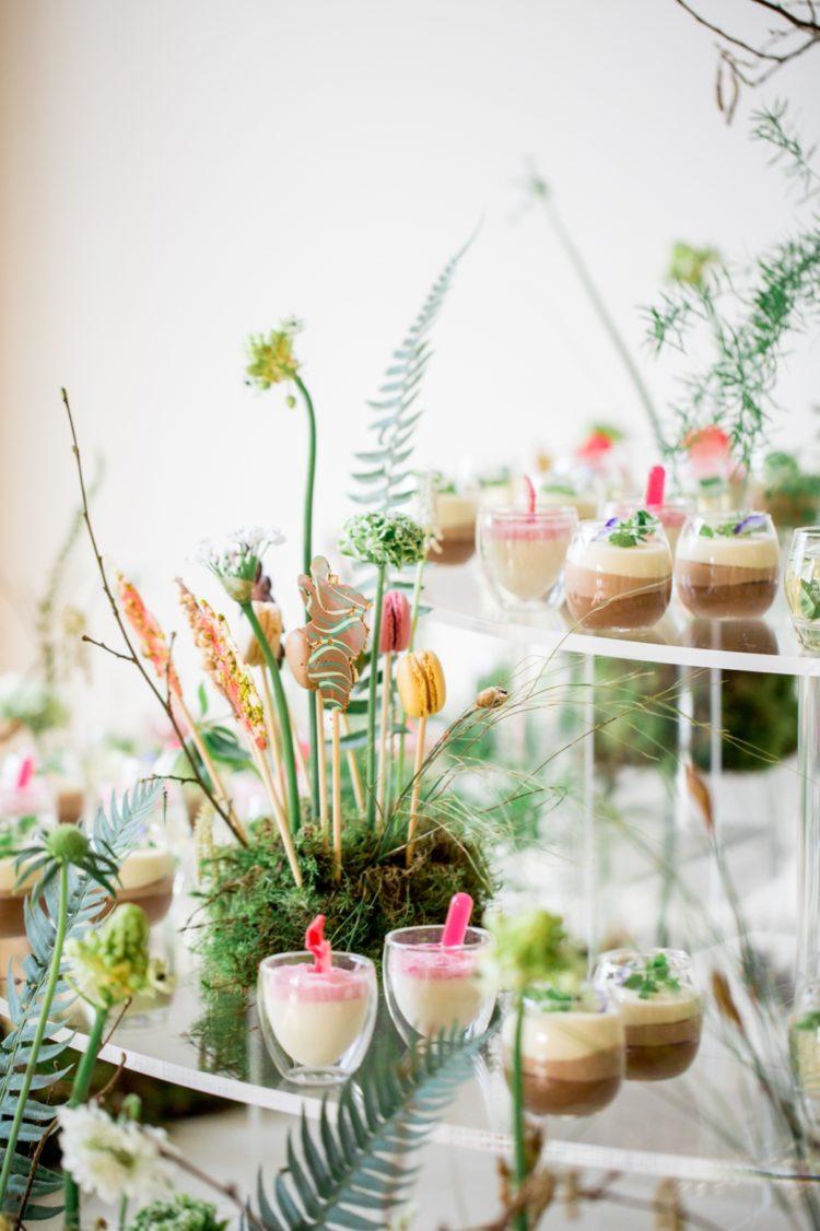Wer würde nicht gerne versuchen, diese wunderschönen desserts, serviert auf einer Botanischen stand mit viel grün und Moos