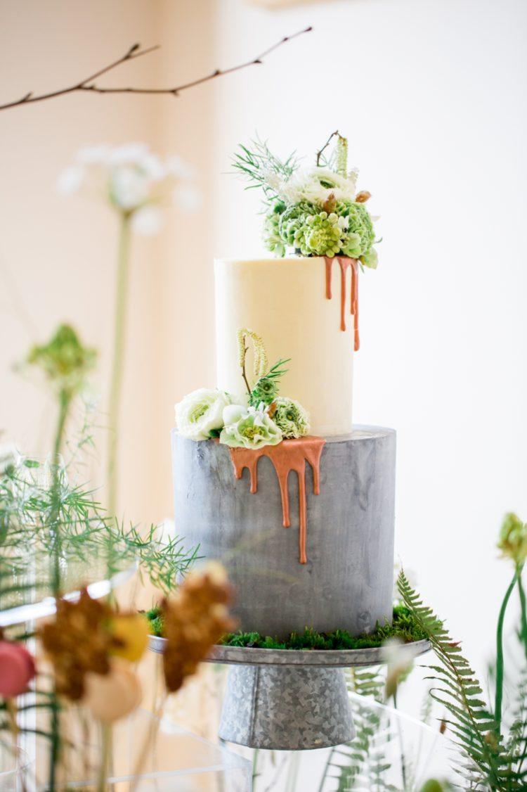 Der Hochzeits-Torte war eine Beton-inspiriert, durch matte Schichten, Tropf-Glasur und frische Blüten