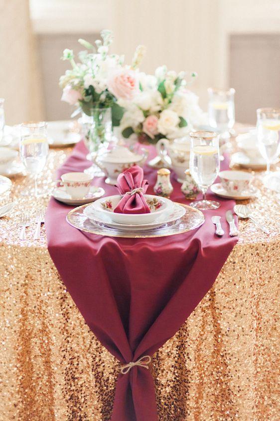 eine gold-Pailletten Tischdecke und eine Pflaume Stoff Tischläufer drüber