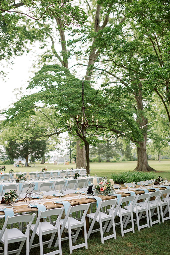 The reception space was outdoor, under the oaks, with rustic details and touches
