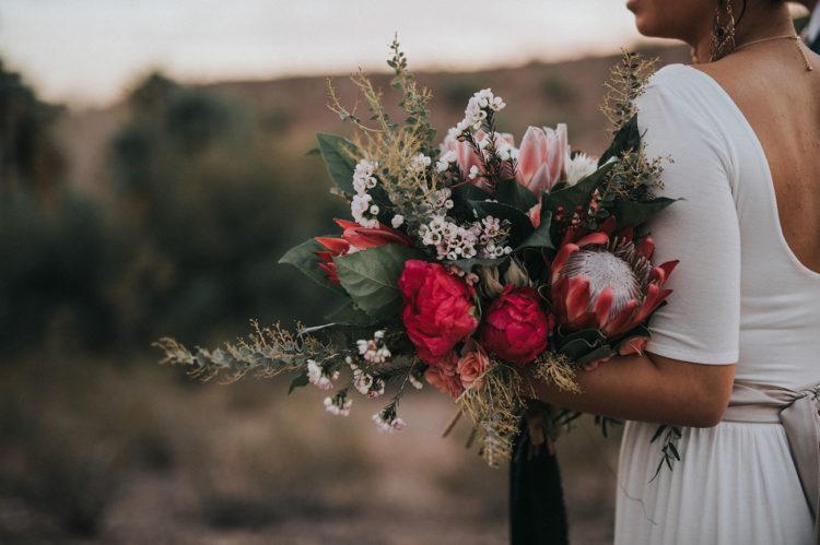 Die Hochzeit bouquet mit king proteas, Kräutern und Blättern
