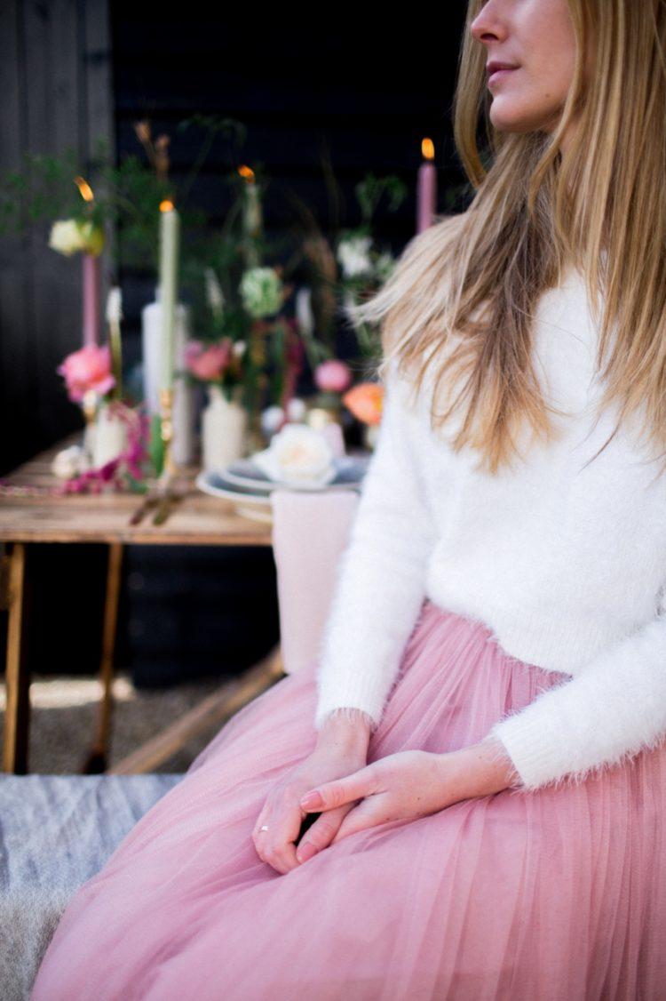 Der erste Braut-look wurde mit einem rosa maxi Rock und eine weiße angora-Pullover, die einen süßen und mädchenhaft lässig-combo