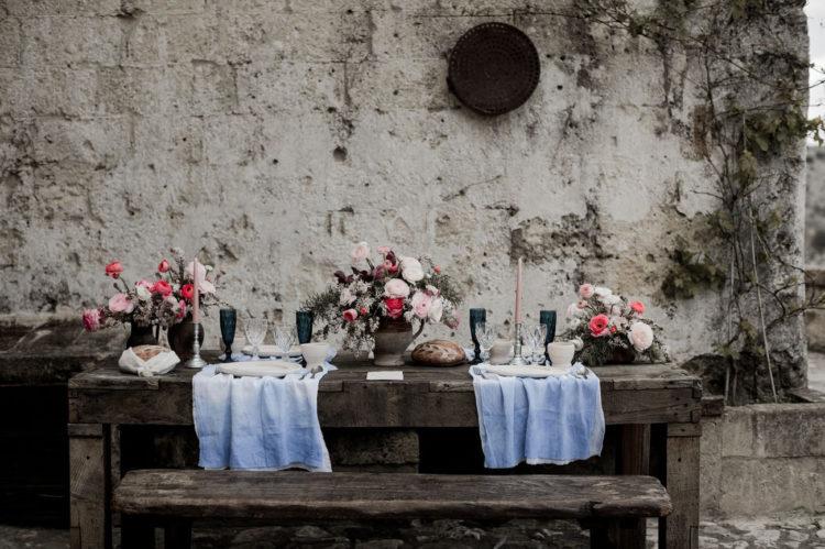 War der Tisch gedeckt mit Fetten Blüten, die mit indigo gefärbten Stoffe und rosa Kerzen