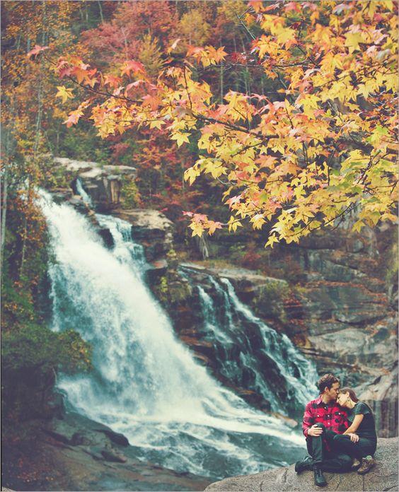 Herbst Wald mit einem Wasserfall und einem wunderschönen paar daneben