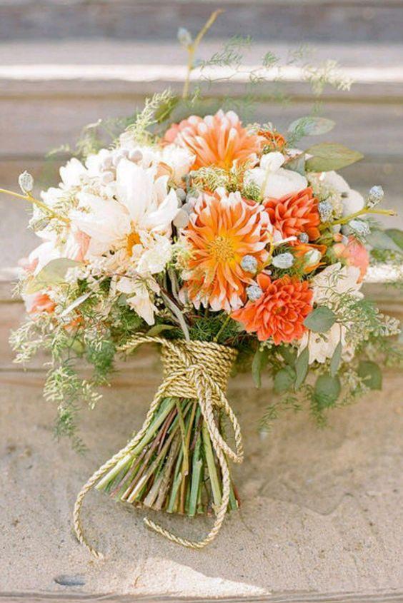 dezenten bouquet mit ein paar kräftigen orange Blumen umwickelt mit Seil