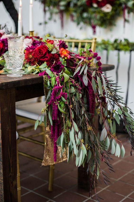 üppigen fuchsia und rote Blüten und viel grün für einen beeindruckenden Tischläufer