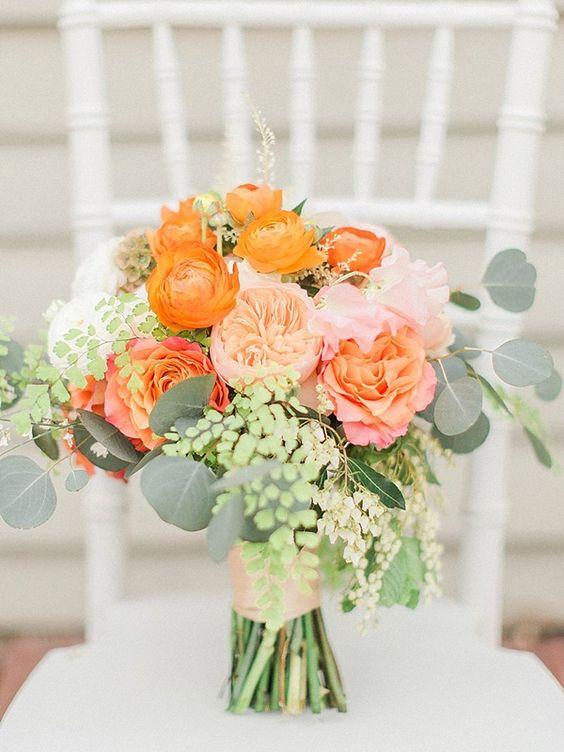weiche peachy Hochzeit bouquet mit Orangen Ranunkeln für einen späten Sommer-Hochzeit