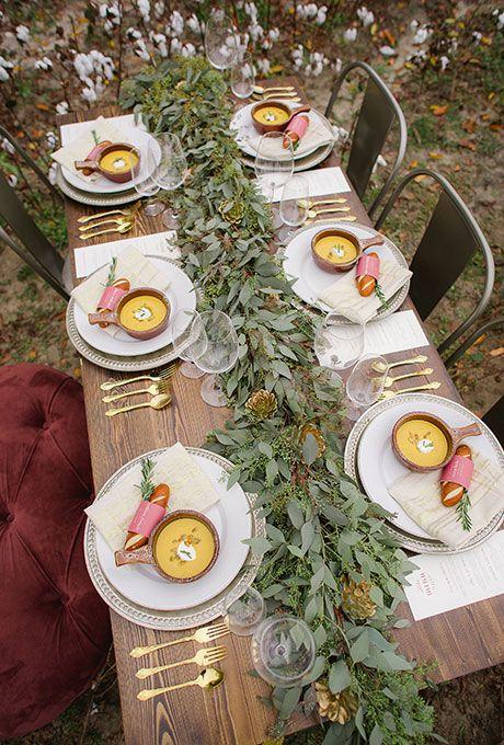 Eukalyptus und übergroßen vergoldeten tannenzapfen für eine leichte und elegante Herbst-touch
