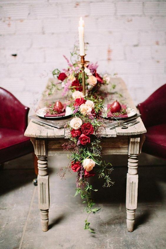 Eukalyptus und Creme und Beere-farbene Rosen für eine elegante, vintage-inspirierte look