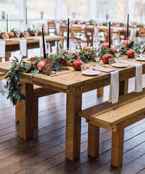 Eukalyptus, Granatapfel und schwarze Kerzen für schicke rustikalen Tischdekorationen