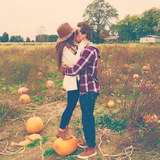 Spaß-Foto mit echten Kürbisse für eine Herbst-Gefühl ist sehr natürlich