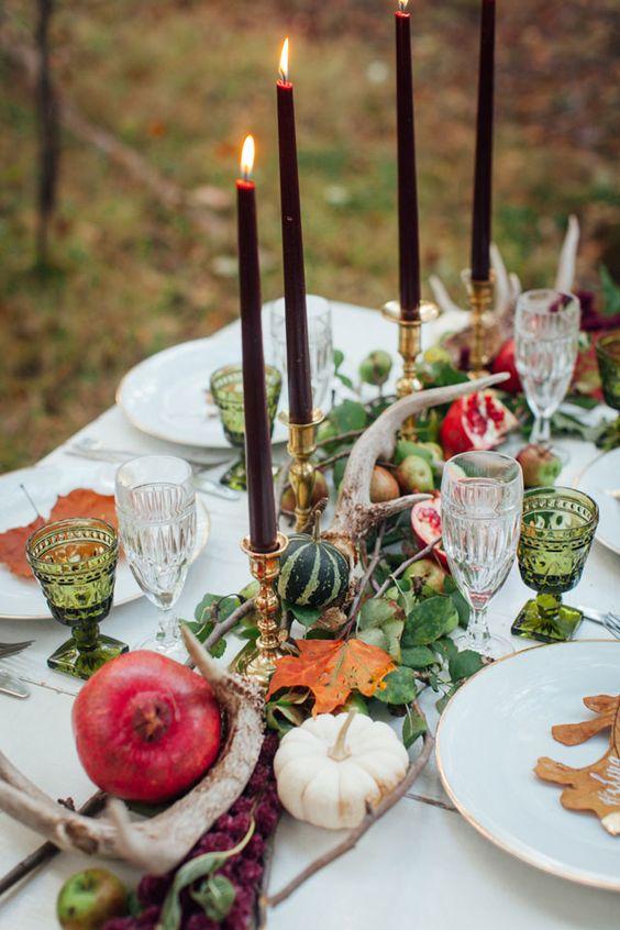 grüne Blätter, Kürbisse, Granatäpfel, geweih und den dunklen Kerzen für eine Wald-inspiriert tablescape