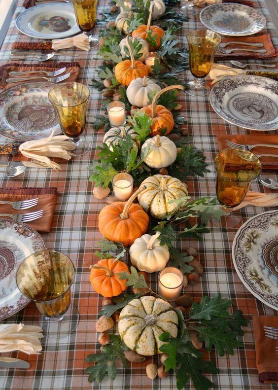 Eiche Blätter, Nüsse, Kürbisse und Kerzen für einen Tischläufer