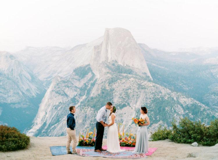 Die Zeremonie fand Glacier Point, schauen Sie sich nur diese Aussicht hinter, es gibt keine Kulisse besser