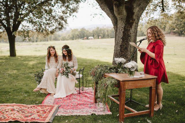 Die Zeremonie war im freien, die Mädchen mietete ein Haus außerhalb von Barcelona zu verbringen dort ein Wochenende mit Ihren Freunden