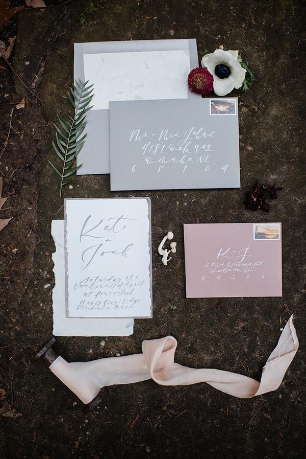 Der Hochzeits-Briefpapier wurde in hellgrau und rot, mit Kalligraphie