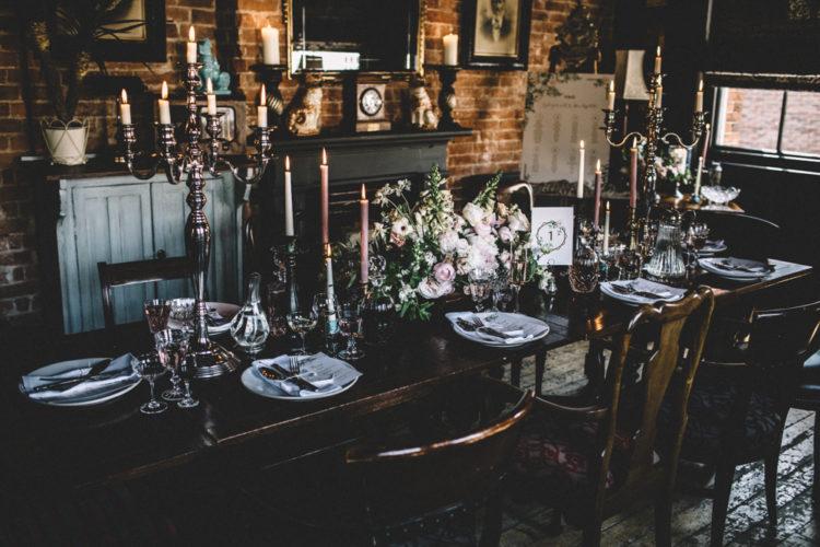 Die Hochzeit tablescape fertig war mit rosa Blumen, rosa Brille und Kerzen