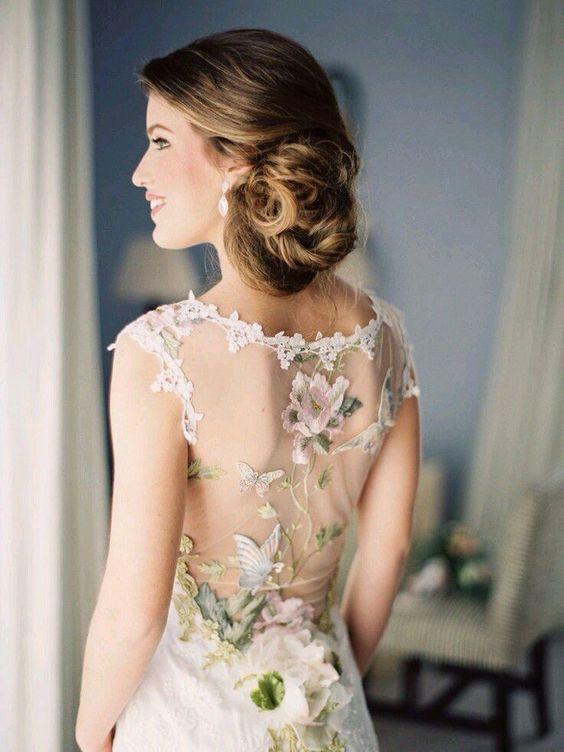 eine einzigartige Hochzeit Kleid mit einer illusion zurück-dekoriert mit Schmetterling -, Vogel-und Blumen-Applikationen von Claire Pettibone