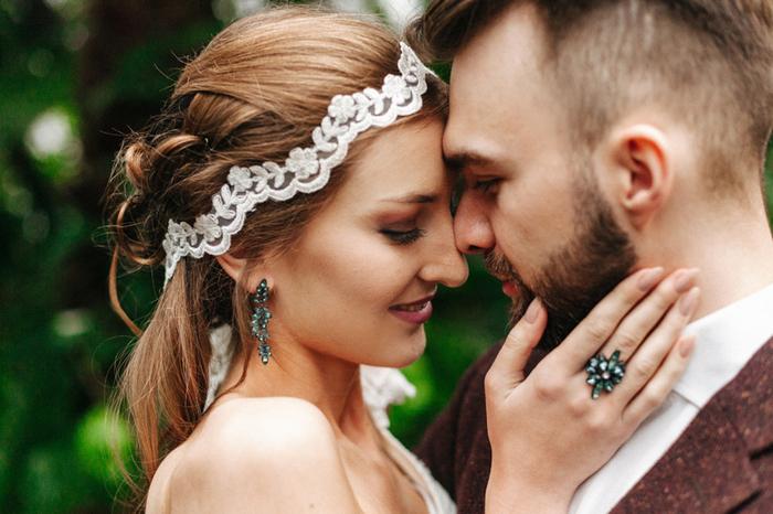 Smaragd Ohrringe und eine Erklärung ring abgerundet wird Ihr Aussehen