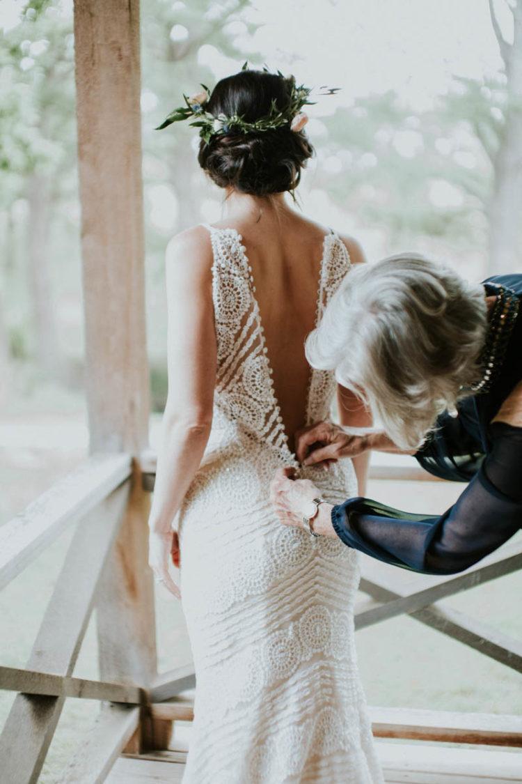 Die Braut trug ein traumhaftes Maggie Sottero brautkleid boho Spitze, mit spaghetti-Trägern und eine button-Reihe auf der Rückseite