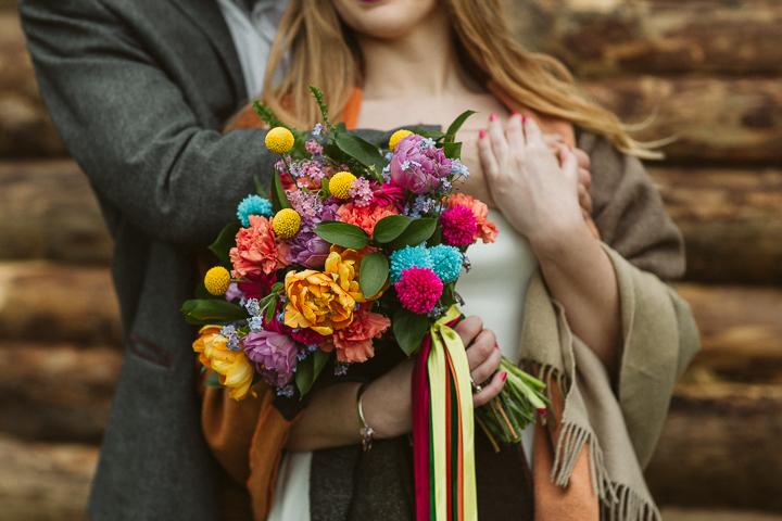 Die bunte Hochzeit bouquet mit billy Bälle und Pompons geschmückt war mit hellen Bändern