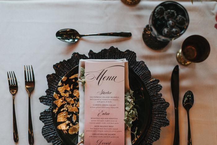 Die tablescape wurde ergänzt mit textur-schwarz Ladegeräte und gold leaf schwarzen Platten
