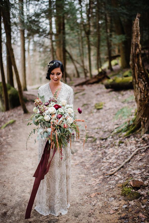 Ihr Kleid war ein V-Ausschnitt, mit floralen Friesen von BHLDN
