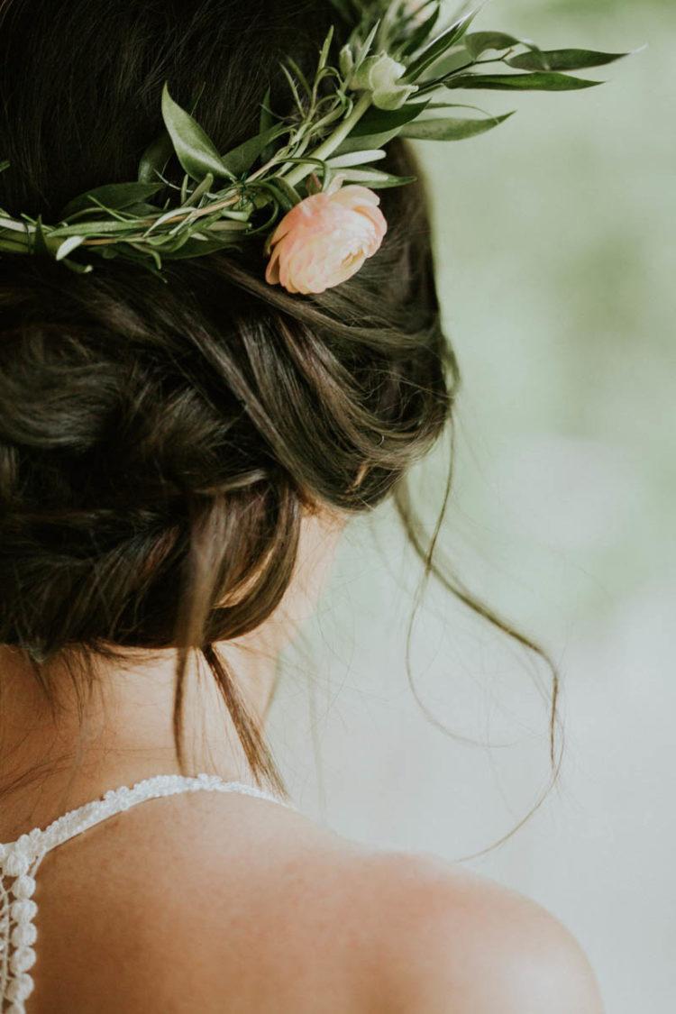 Ihr wedidng Hochsteckfrisur war, akzentuiert mit einem floral Krone