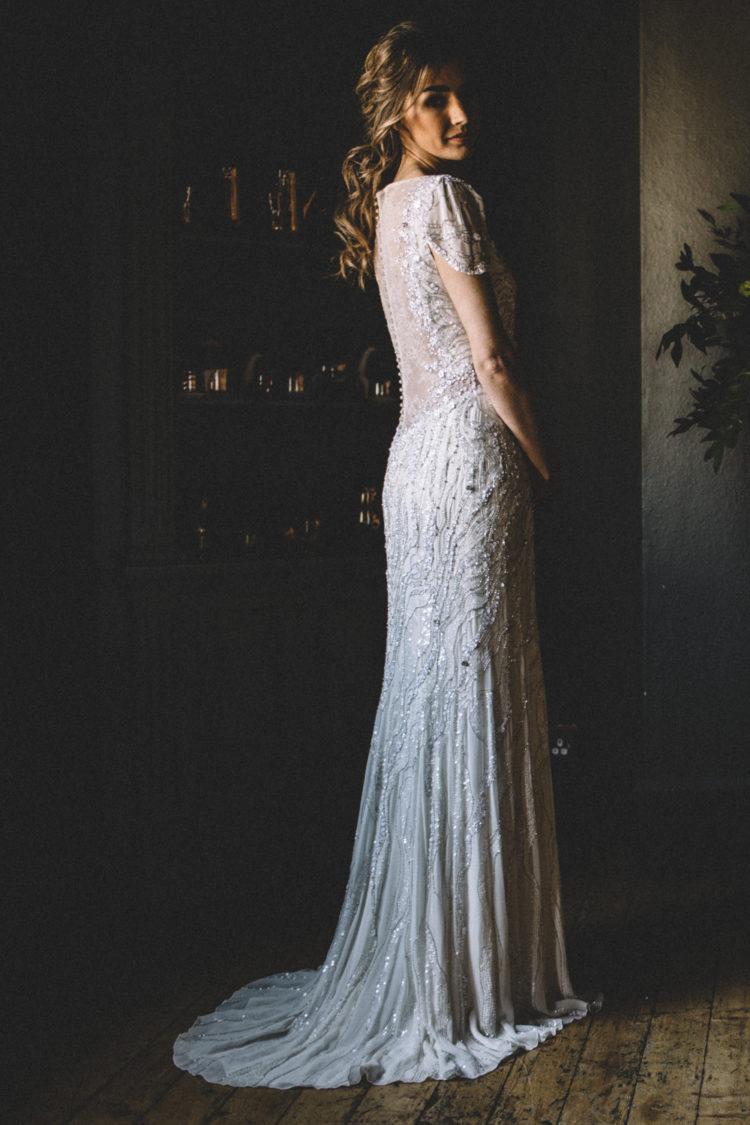 Die Braut trug Jenny Packham brautkleid mit illusion-Ausschnitt und Rücken und cap-ärmel mit einem funkeln