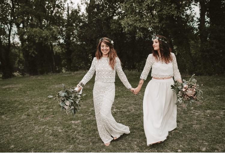 Die Bräute trugen trendige trennt boho Spitze, Blumen-Kronen und grünen Sträußen, Sie sah sehr unified