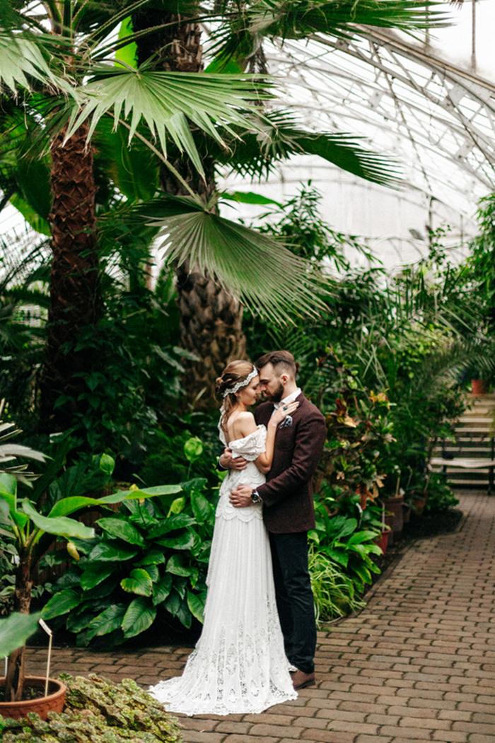 Der Bräutigam war gekleidet in eine schwarze Hose, eine braune Jacke, ein weißes shirt und braune Schuhe