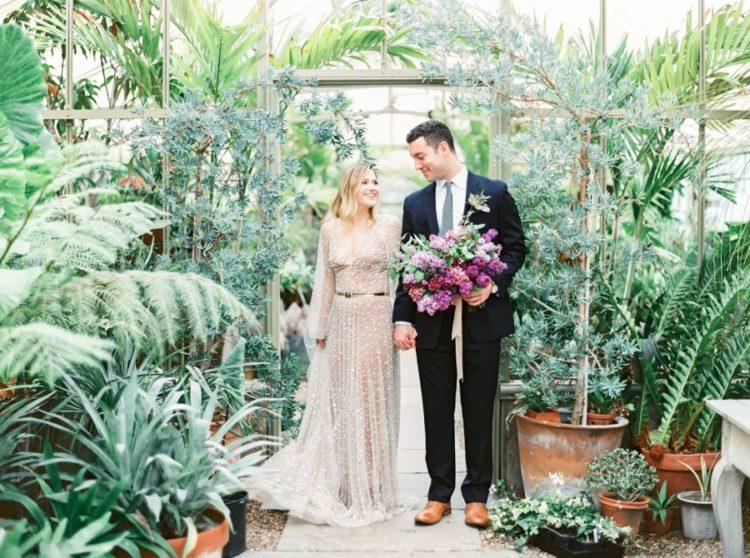 Der Bräutigam trug einen schwarzen Anzug und eine grüne Krawatte und amber Schuhe