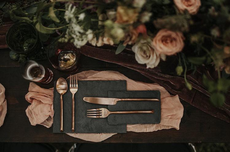 Sie können sehen Granit-Platten, rose gold Besteck und eine Pflaume-farbigen samt-Tischläufer
