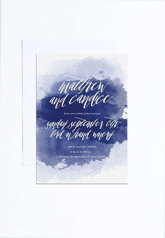 eine mutige Aquarell indigo Hochzeit einladen, mit weißen Buchstaben