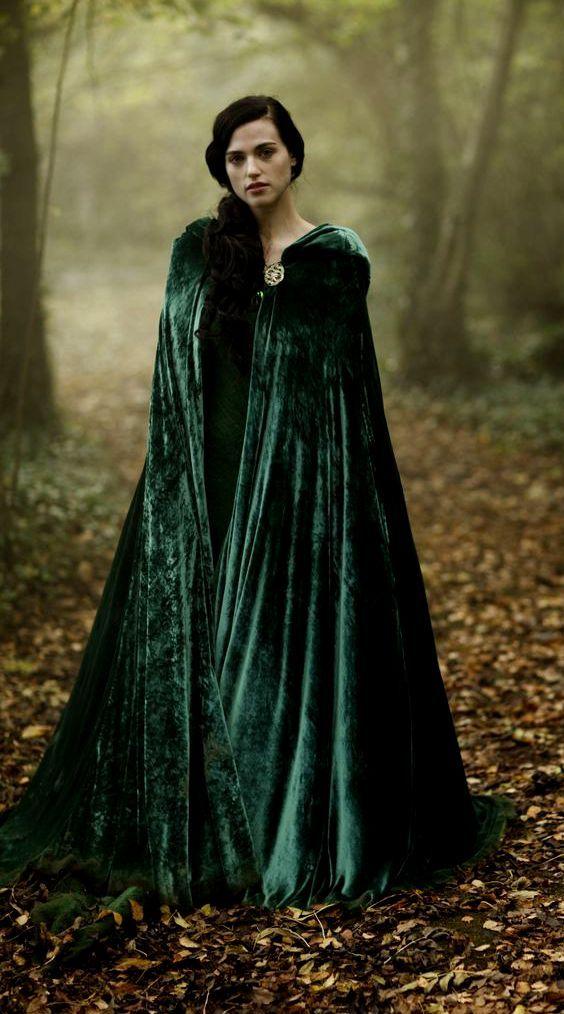 cover up mit einem Smaragd-Samtmantel zu fühlen, eine elfische Prinzessin