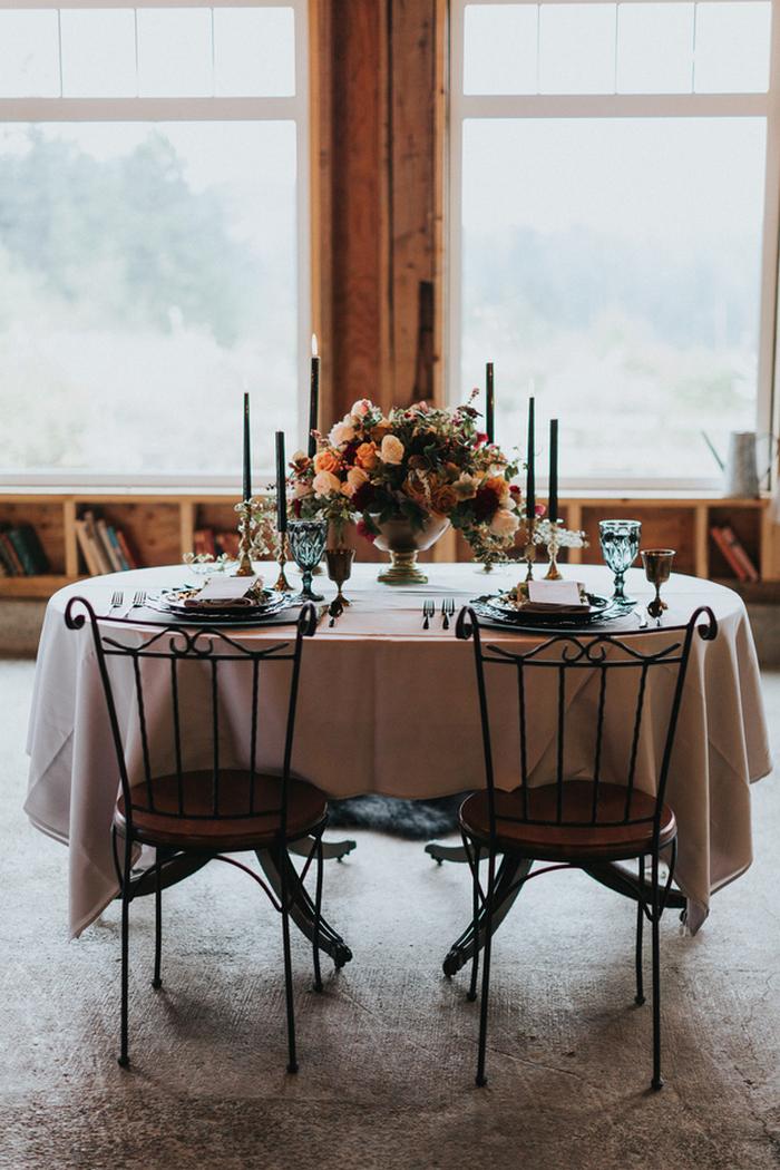 Schwarz geschmiedet Stühle hallte mit schwarzen Kerzen und fügte hinzu, eine raffinierte fühlen