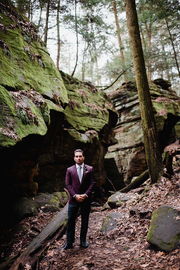 Der Bräutigam wurde rocking eine Burgunder Jacke, anthrazit Hose und eine graue Krawatte, die perfekt mit dem Farbschema