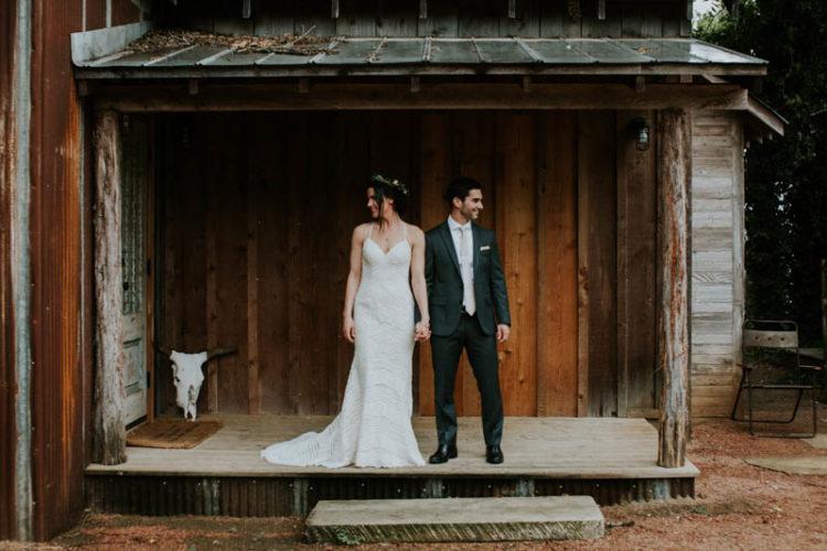 Der Bräutigam wurde rocking eine dunkelgraue Hochzeit-Anzug mit einem neutralen Band