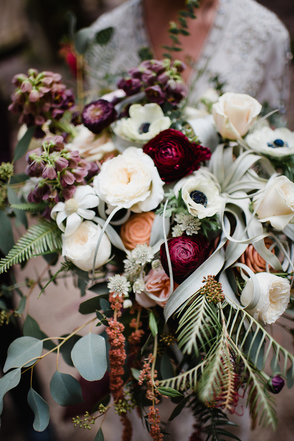 Der Brautstrauß war üppig, mit textur-grün, neutral und Beere-farbene Blüten