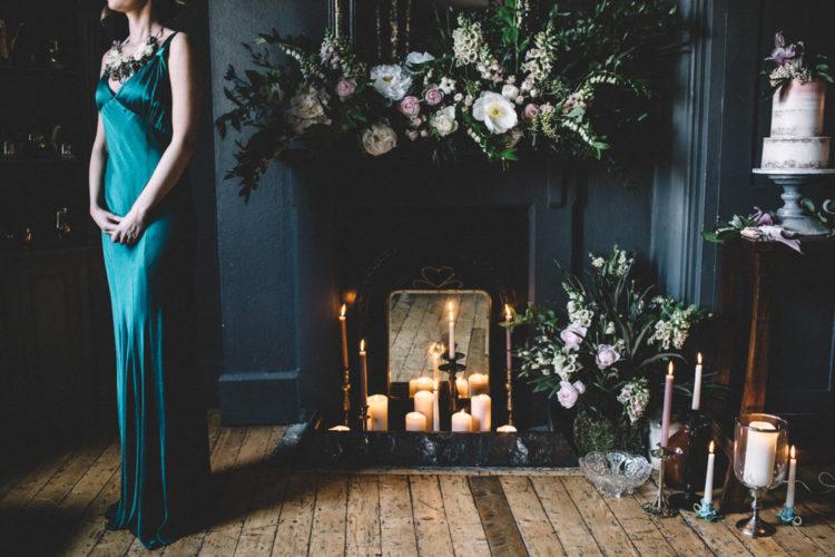 Die Brautjungfer schaukelte eine Fett-emerald-Kleid mit Trägern und Blumen-Halskette
