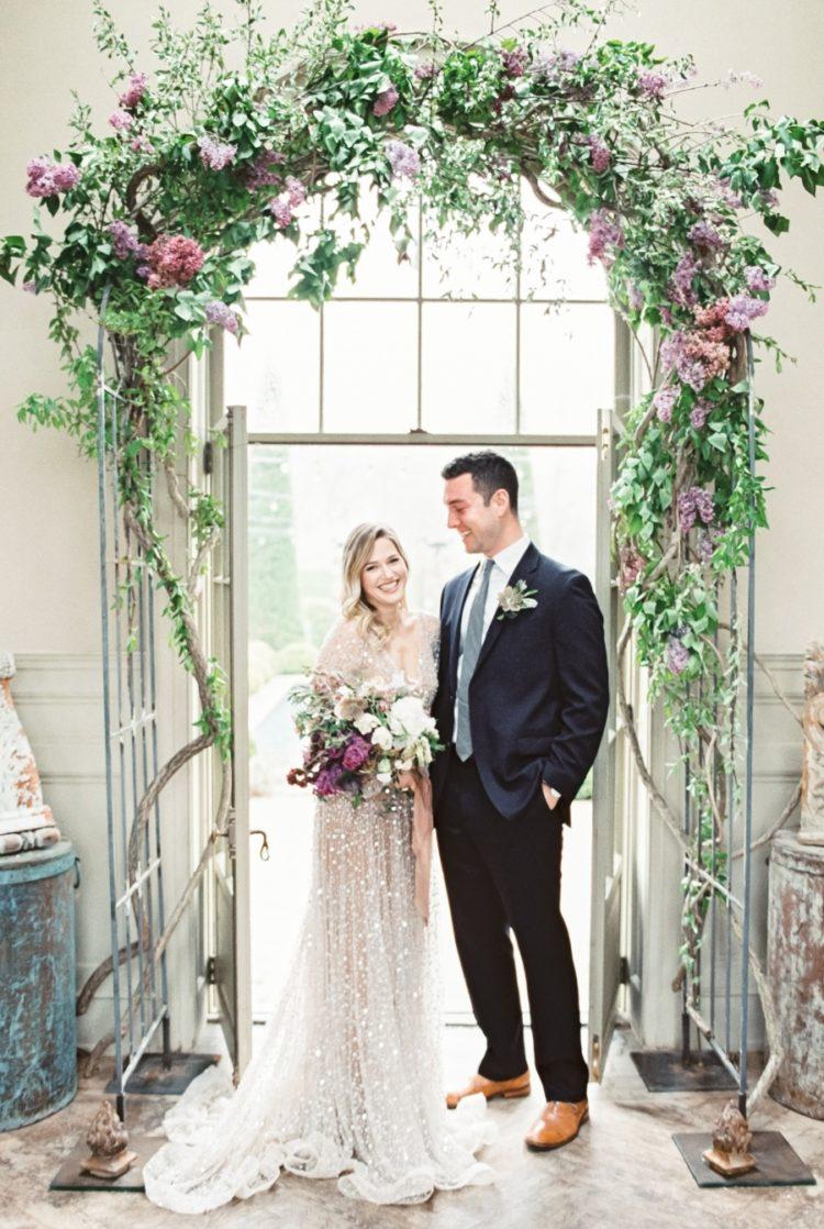 Die Zeremonie Bogen wurde über die Türen, es Bestand aus grün und lila und lila Blumen