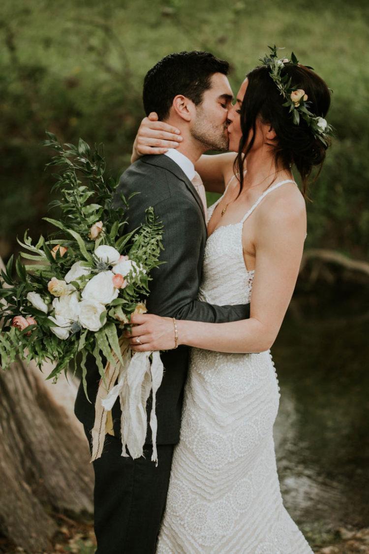 Der Hochzeits-Blumenstrauß war ein neutral-cremig mit viel grün und Disteln