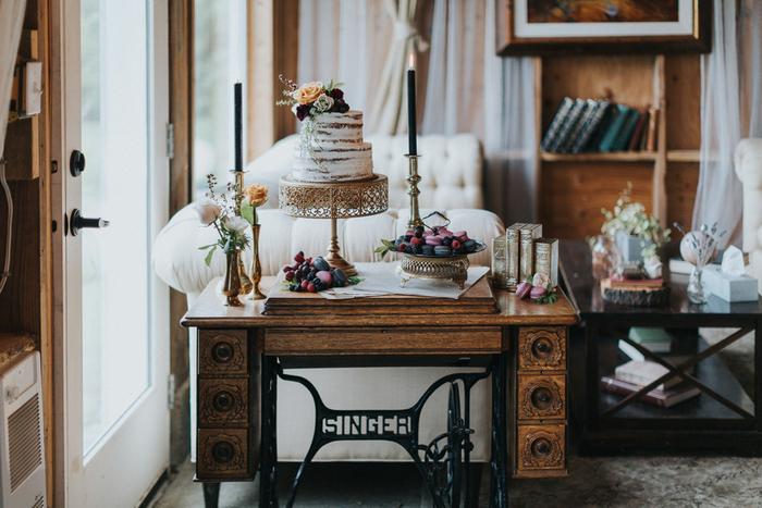 Das dessert Tisch war ein ehemaliger Nähmaschine, gestylt mit gold Vasen und schwarze Kerzen